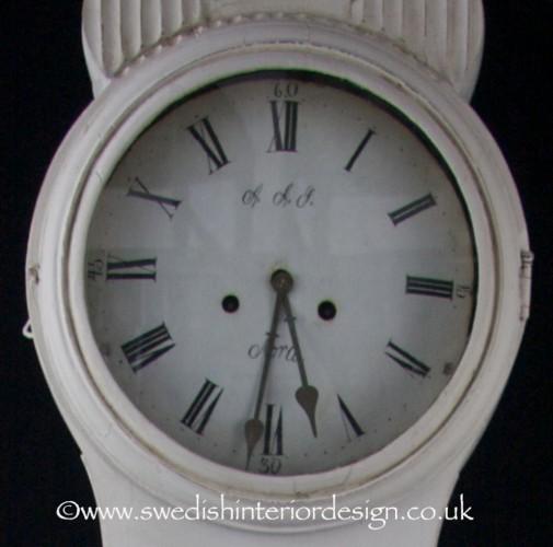 roman numeral mora clock face